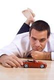 Uomo con l'automobile rossa del giocattolo Fotografia Stock Libera da Diritti