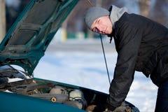 Uomo con l'automobile rotta in inverno Fotografia Stock