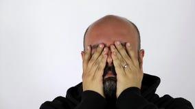 Uomo con l'emicrania estrema stock footage