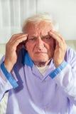 Uomo con l'emicrania in ospedale Fotografia Stock Libera da Diritti