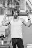Uomo con l'ente muscolare, l'yoga della tenuta della barba o la stuoia di forma fisica Fotografia Stock Libera da Diritti