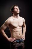 Uomo con l'ente sexy e l'addome muscolare fotografia stock libera da diritti