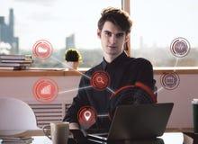 Uomo con l'ologramma del computer Immagini Stock Libere da Diritti