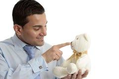 Uomo con l'orso di orsacchiotto Fotografie Stock Libere da Diritti