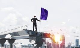 Uomo con la bandiera che presenta concetto di direzione Fotografie Stock Libere da Diritti
