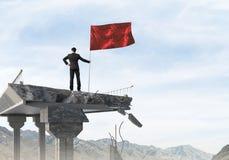 Uomo con la bandiera che presenta concetto di direzione Fotografia Stock