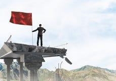 Uomo con la bandiera che presenta concetto di direzione Immagini Stock