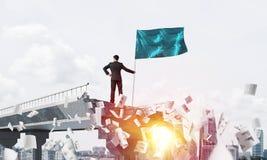 Uomo con la bandiera che presenta concetto di direzione Immagine Stock Libera da Diritti