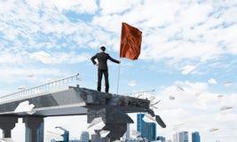 Uomo con la bandiera che presenta concetto di direzione Fotografie Stock