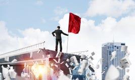 Uomo con la bandiera che presenta concetto di direzione Fotografia Stock Libera da Diritti