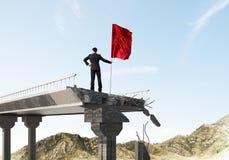 Uomo con la bandiera che presenta concetto di direzione Immagini Stock Libere da Diritti