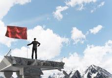 Uomo con la bandiera che presenta concetto di direzione Immagine Stock