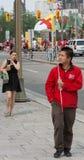 Uomo con la bandiera inuit in Ottawa Fotografia Stock