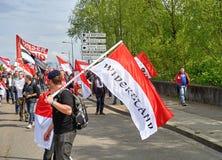Uomo con la bandiera rossa alla protesta Fotografia Stock Libera da Diritti