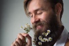 Uomo con la barba in camicia e bretelle bianche fotografie stock