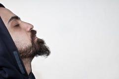 Uomo con la barba nella meditazione fotografie stock