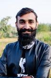Uomo con la barba sviluppata lunga e portante un rivestimento Fotografia Stock Libera da Diritti