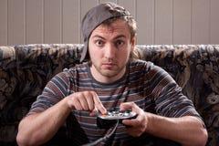 Uomo con la barra di comando che gioca i video giochi Immagini Stock Libere da Diritti