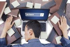 Uomo con la barra ed i libri di ricerca di lavoro Immagine Stock Libera da Diritti