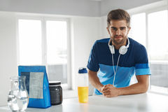 Uomo con la bevanda di energia all'interno Supplemento di nutrizione di culturismo Immagini Stock
