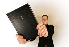 Uomo con la bibbia Fotografie Stock Libere da Diritti