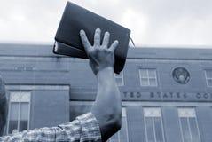 Uomo con la bibbia alla protesta Fotografie Stock