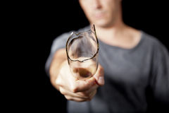 Uomo con la bottiglia da birra rotta Fotografie Stock