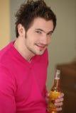 Uomo con la bottiglia di birra Fotografia Stock