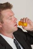 Uomo con la bottiglia di pillola Fotografie Stock
