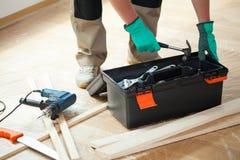 Uomo con la cassetta portautensili durante il rinnovamento immagine stock