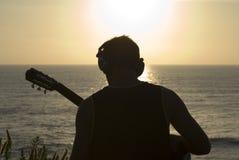 Uomo con la chitarra acustica Fotografia Stock Libera da Diritti