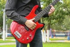 Uomo con la chitarra bassa Immagini Stock