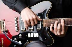Uomo con la chitarra durante il concerto Fotografia Stock