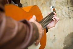 Uomo con la chitarra Stile urbano Fotografia Stock