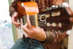 Uomo con la chitarra Stile urbano Fotografie Stock