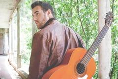 Uomo con la chitarra Stile urbano Fotografie Stock Libere da Diritti