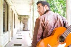 Uomo con la chitarra Stile urbano Immagini Stock Libere da Diritti