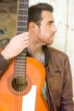 Uomo con la chitarra Stile urbano Fotografia Stock Libera da Diritti