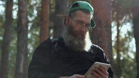 Uomo con la compressa digitale all'aperto video d archivio
