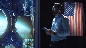 Uomo con la compressa nel centro di controllo della missione Fotografia Stock Libera da Diritti