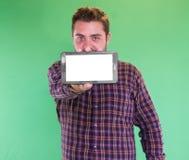 Uomo con la compressa in sua mano Immagine Stock