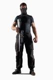 Uomo con la condizione del fucile di tiratore franco isolato Fotografia Stock Libera da Diritti