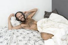 Uomo con la cuffia Immagini Stock
