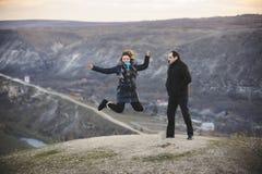 Uomo con la donna di salto Fotografie Stock