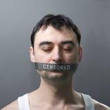 Uomo con la fasciatura sul fronte fotografia stock libera da diritti