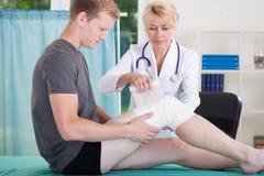 Uomo con la ferita al ginocchio fotografia stock libera da diritti