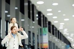 Uomo con la figlia in aeroporto Fotografia Stock