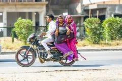 Uomo con la guida della moglie e della madre su un motorino Immagine Stock