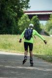 Uomo con la lama del rullo in canale del confine Fotografia Stock Libera da Diritti