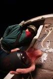 Uomo con la latta della pittura di spruzzo e della maschera Fotografia Stock
